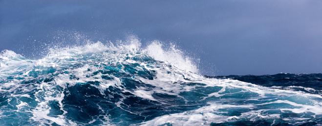 Antarctic Ocean「Breaking wave on a rough sea against overcast sky」:スマホ壁紙(11)