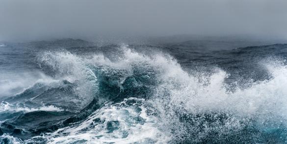 Antarctic Ocean「Breaking wave on a rough sea against overcast sky」:スマホ壁紙(10)