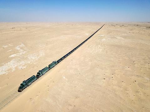 Extreme Weather「Mauritania, Nouadibou, Aerial view of cargo train riding through desert」:スマホ壁紙(8)