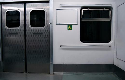 Advertisement「empty subway car」:スマホ壁紙(3)