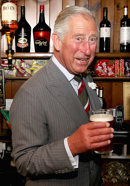 Pouring「The Prince Of Wales & Duchess Of Cornwall Visit Wales - Day 2」:写真・画像(16)[壁紙.com]