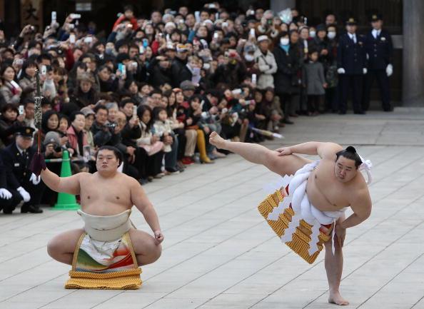 Asashoryu Akinori「Sumo Grand Champions Celebrate The New Year」:写真・画像(3)[壁紙.com]
