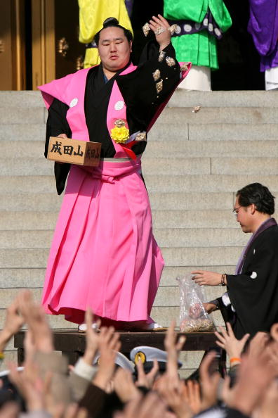 Asashoryu Akinori「Japan Celebrates The Coming Of Spring With The Bean-Scattering Ceremony」:写真・画像(15)[壁紙.com]