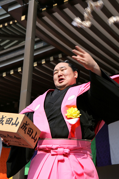 Asashoryu Akinori「Japan Celebrates The Coming Of Spring With The Bean-Scattering Ceremony」:写真・画像(7)[壁紙.com]