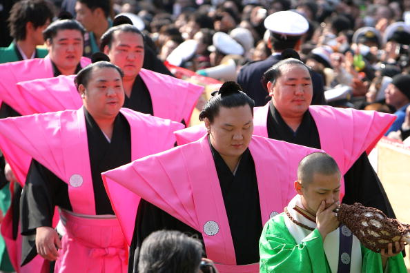 Asashoryu Akinori「Japan Celebrates The Coming Of Spring With The Bean-Scattering Ceremony」:写真・画像(12)[壁紙.com]