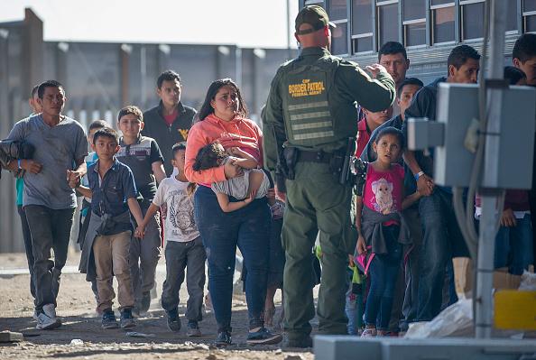 Refugee「Record Number Of Migrants Stream Across U.S.  Border, Straining Resources」:写真・画像(9)[壁紙.com]