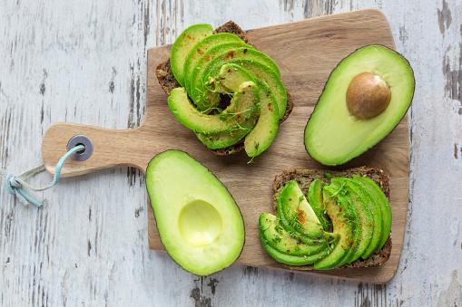 Avocado「Protein bread garnished with sliced avocado, cress and chili powder」:スマホ壁紙(19)