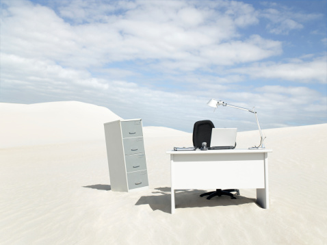 人里離れた「空白のデスクでは、砂漠の真ん中」:スマホ壁紙(15)