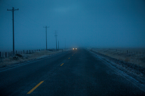Approaching「Car approaching on icy two-lane road」:スマホ壁紙(2)