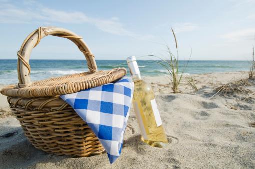 Wineglass「USA, Massachusetts, Nantucket, Nantucket Island, Picnic basket and white wine on beach」:スマホ壁紙(4)