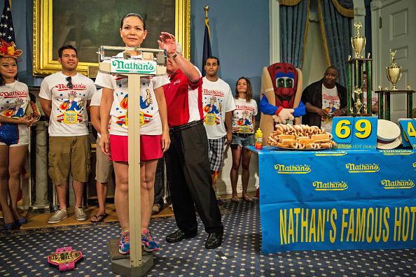 Nathan Burton「NYC Mayor De Blasio Hosts Nathan's Hot Dog Eating Contest Weigh In Ceremony」:写真・画像(16)[壁紙.com]
