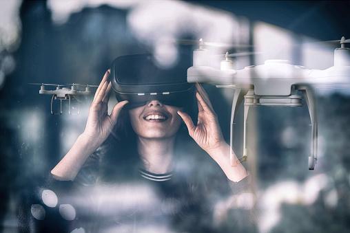 女性一人「窓のガラスドローンビューの背後にある VR を見ている若い女性, 二重露出」:スマホ壁紙(12)