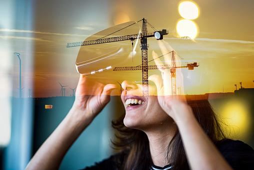 女性一人「窓、二重暴露の都市ビューと建設現場のガラス反射の背後に VR を見て若い女性」:スマホ壁紙(17)
