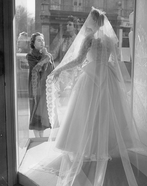 Wedding Dress「Looking At Dress」:写真・画像(18)[壁紙.com]