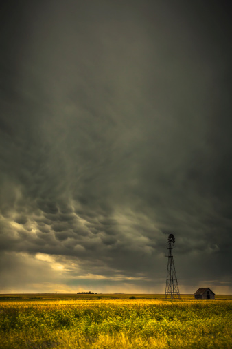 Mammatus Cloud「Mammatus storm clouds above a windmill on the saskatchewan prairies」:スマホ壁紙(9)