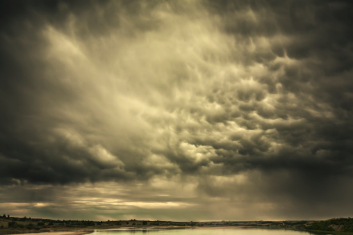 Mammatus Cloud「Mammatus storm clouds above a lake in the saskatchewan prairies」:スマホ壁紙(12)