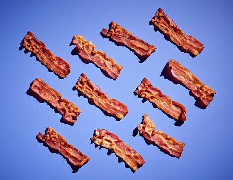 Bacon「Studio shot ofbacon strips against purple background」:スマホ壁紙(6)