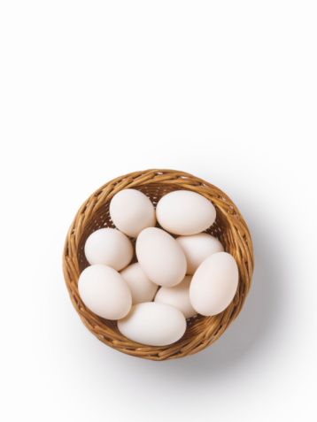 Conformity「Studio shot of eggs in woven basket, overhead view」:スマホ壁紙(19)