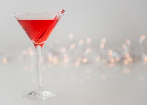 キャンディーケーン「Studio shot of red cocktail in martini glass」:スマホ壁紙(14)