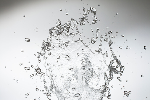 Liquid「Studio shot of droplets on the move」:スマホ壁紙(12)