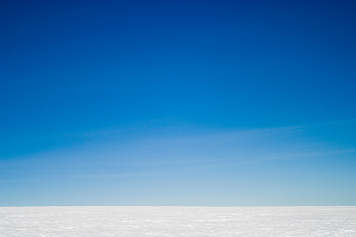 Horizon Over Land「Blue sky over the inland Arctic ice cap in south-east Greenland」:スマホ壁紙(16)