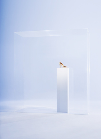 Box - Container「High heels on pedestal in glass cabinet」:スマホ壁紙(2)