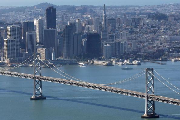 San Francisco-Oakland Bay Bridge「Bay Bridge Remains Closed For Third Day Due To Falling Debris」:写真・画像(1)[壁紙.com]
