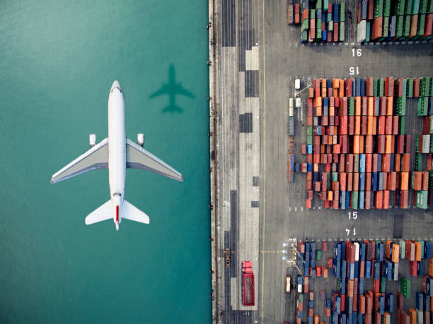 Airplane flying over container port:スマホ壁紙(壁紙.com)