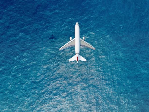 Airplane flies over a sea:スマホ壁紙(壁紙.com)