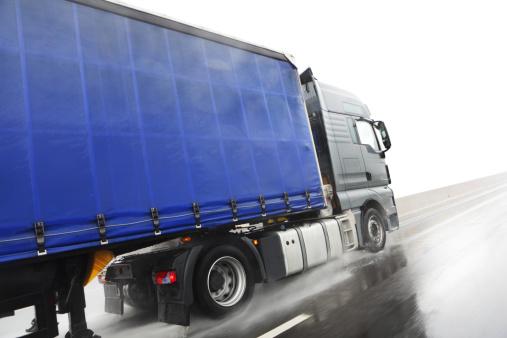 Working「Blue lorry driving on wet road」:スマホ壁紙(13)