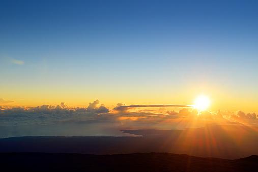 Sunrise - Dawn「USA, Hawaii, Big Island, Mauna Kea, sunrise over Hilo」:スマホ壁紙(14)