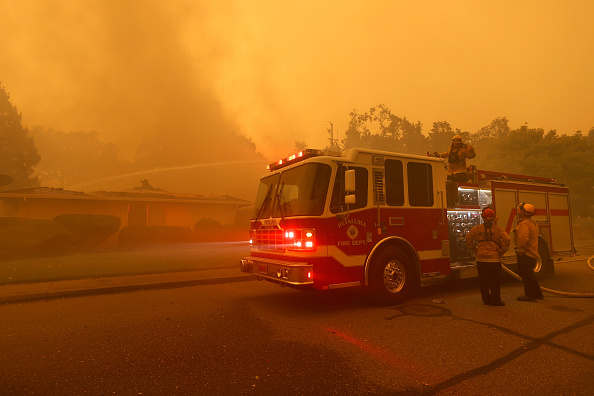 Pouring「Cluster Of Destructive Wildfires Burns Through Napa And Sonoma Counties In California」:写真・画像(5)[壁紙.com]