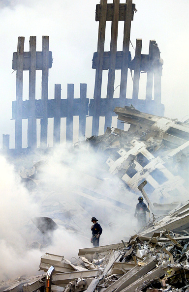 Recovery「Rescue Workers Search Through WTC Rubble」:写真・画像(13)[壁紙.com]