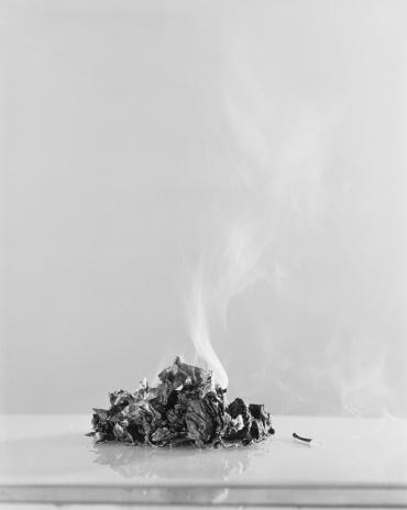 Burnt「Burnt paper against white background」:スマホ壁紙(4)