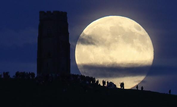 ストロベリームーン「Strawberry Moon Rises Over Glastonbury Tor」:写真・画像(4)[壁紙.com]