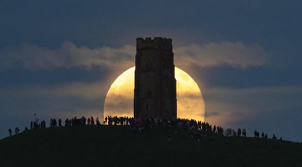 ストロベリームーン「Strawberry Moon Rises Over Glastonbury Tor」:写真・画像(14)[壁紙.com]