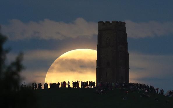 ストロベリームーン「Strawberry Moon Rises Over Glastonbury Tor」:写真・画像(12)[壁紙.com]