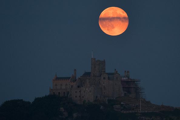 ストロベリームーン「Strawberry Moon Rises Over St Michael's Mount」:写真・画像(0)[壁紙.com]