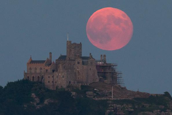 ストロベリームーン「Strawberry Moon Rises Over St Michael's Mount」:写真・画像(2)[壁紙.com]