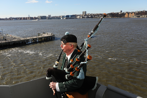 Bagpipe「NYC's Intrepid Museum Marks 77th Anniversary Of Attacks On Pearl Harbor」:写真・画像(15)[壁紙.com]