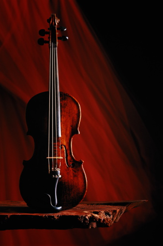 Violin「Violin on rough wooden shelf,dark red streaked background」:スマホ壁紙(2)