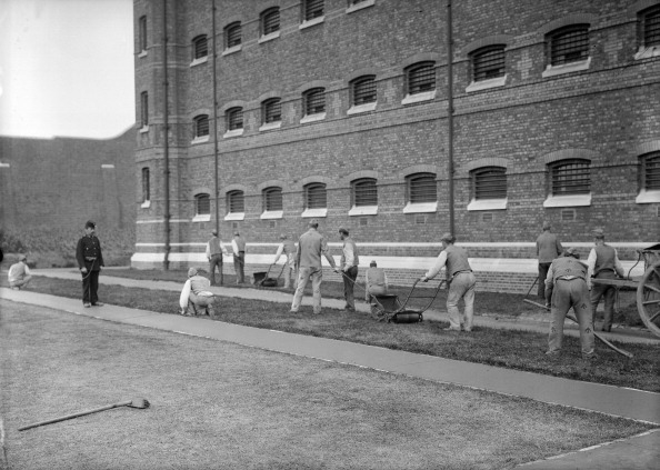 1900「Prisoners cutting grass at Wormwood Scrubs prison, London, c1900-1950.」:写真・画像(1)[壁紙.com]