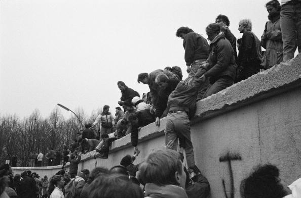 Berlin Wall「East Berliners Climb Wall」:写真・画像(2)[壁紙.com]