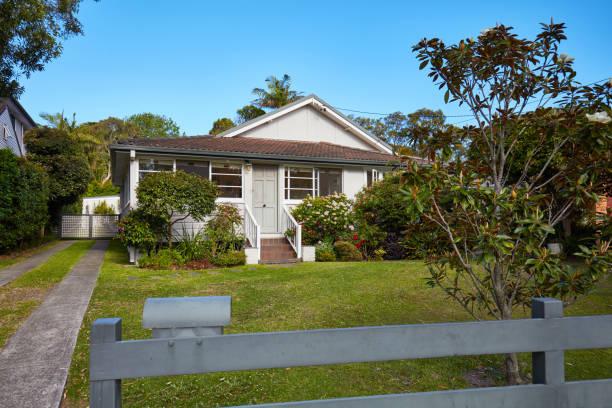 Australian house from fence in suburbs against sky:スマホ壁紙(壁紙.com)
