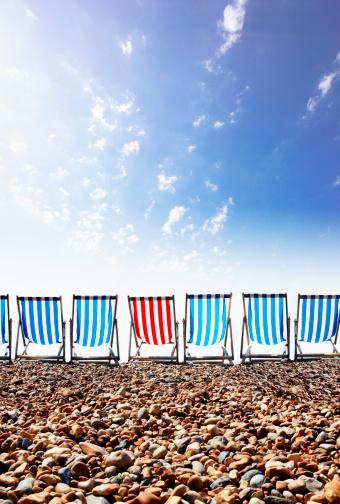 Deck Chair「Red striped deckchair in row of blue deckschairs on stony beach」:スマホ壁紙(4)