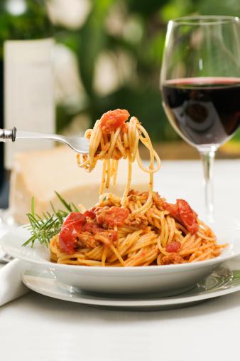 Wineglass「Italian Pasta Spaghetti Bolognese Dinner with Wine and Bottle」:スマホ壁紙(14)