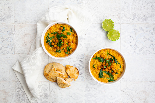 Prepared Potato「Vegan lentil curry with red lentils, sweet potatoes, spinach, roasted turmeric, chickpeas, with lime juice and coriander and naan bread」:スマホ壁紙(19)