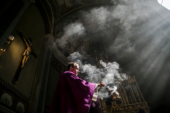 Priest「Austrian Priest Holds Daily Mass, His Congregation Represented By Photos」:写真・画像(17)[壁紙.com]