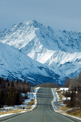 クルエーン山脈「Highway with Kluane Mountains in background.」:スマホ壁紙(7)