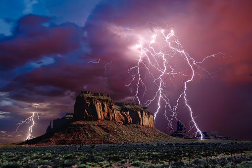 Forked Lightning「Lightning storm over Eagle Mesa, Monument Valley,  Arizona, America, USA」:スマホ壁紙(19)
